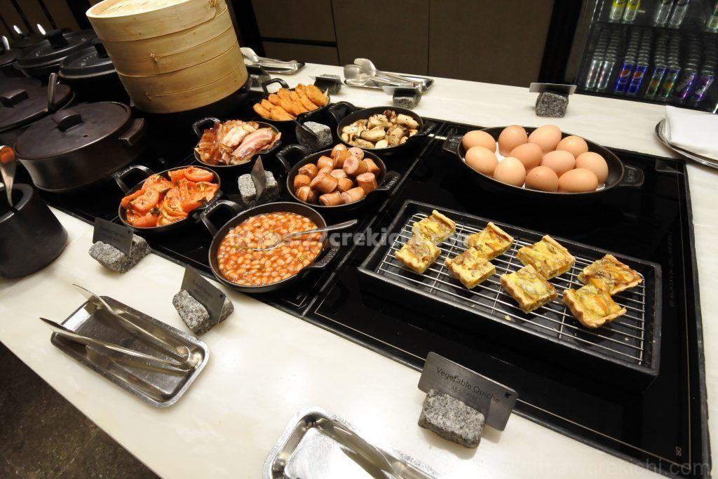 朝食 キッシュ、ベーコン、ソーセージ